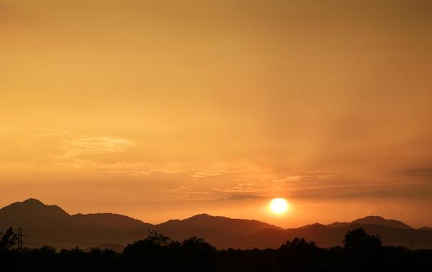Złoty zachód słońca krajobraz