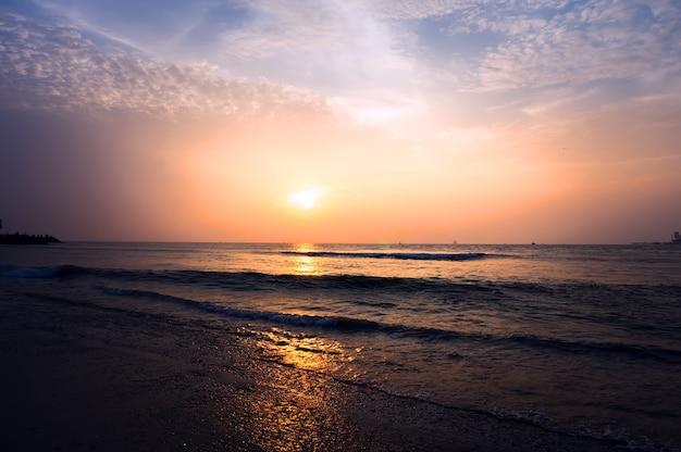 Złoty zachód słońca nad największym jeziorem ze słoną wodą w azji w chilice w indiach