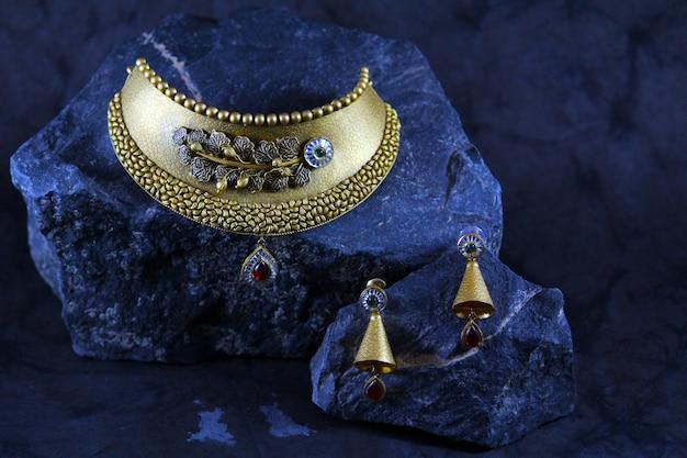 Złoty zestaw biżuterii panny młodej