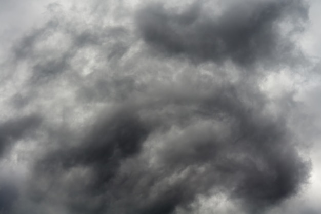 Złowieszcze burzowe chmury