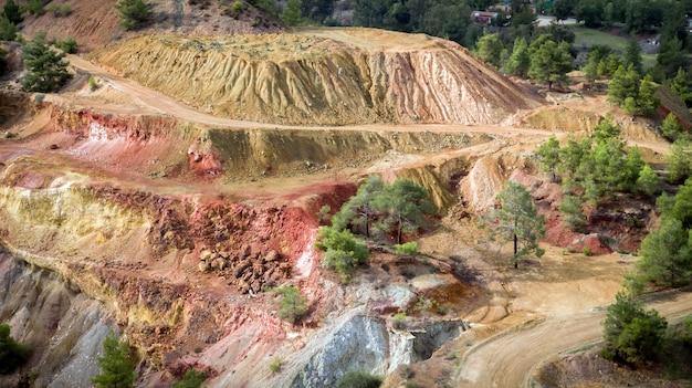 Złoża siarczków w kopalni odkrywkowej kokkinopezoula w mitsero cypr widok z lotu ptaka