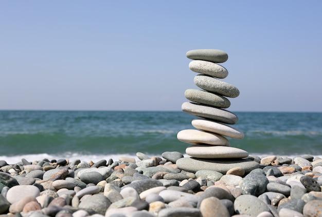 Złożona piramida z gładkich kamieni na brzegu morza