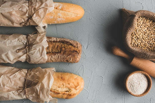 Złożone bochenki chleba i ziaren