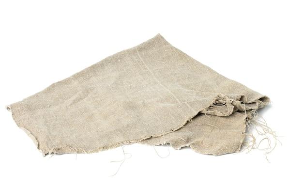 Złożony lniany ręcznik w kolorze szarym na białym tle, z bliska