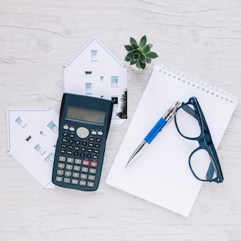 Złożony notepad nieruchomości na biurku
