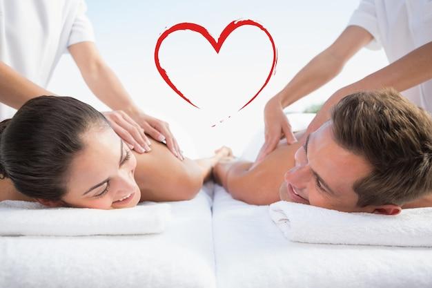 Złożony obraz spokojnej pary cieszącej się masażem par przy basenie
