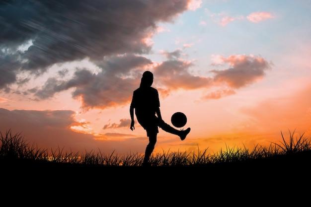 Złożony obraz uroczego piłkarza kopiącego piłkę