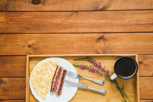 Złożony posiłek śniadaniowy z kawą
