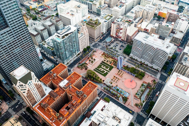 Złożony widok z lotu ptaka na panoramę miasta