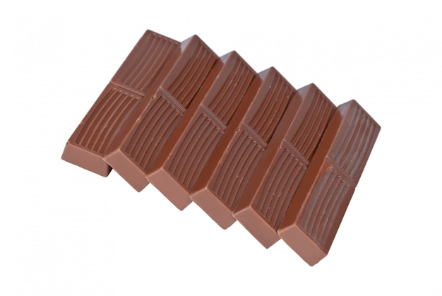 Złożyć całe małe batony mlecznej czekolady na białym tle