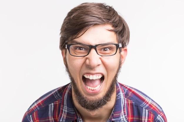 Zły brodaty mężczyzna na białym tle
