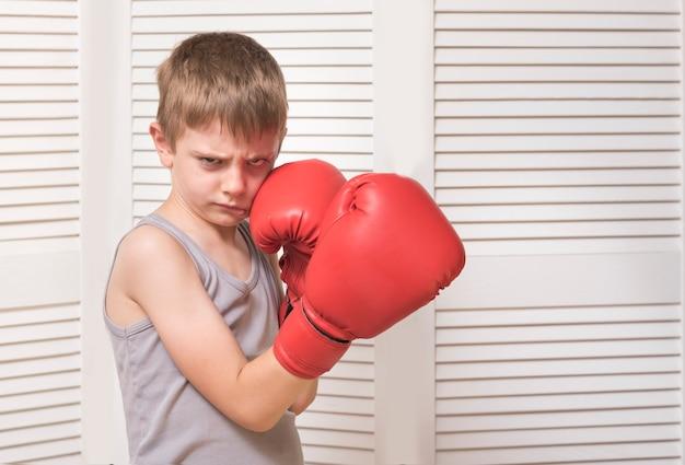 Zły chłopak w czerwone rękawice bokserskie.