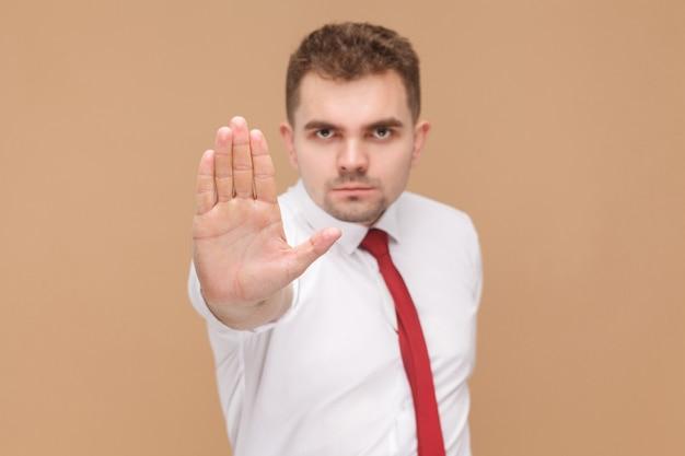 Zły człowiek pokazujący rękę zatrzymania kamery bez znaku