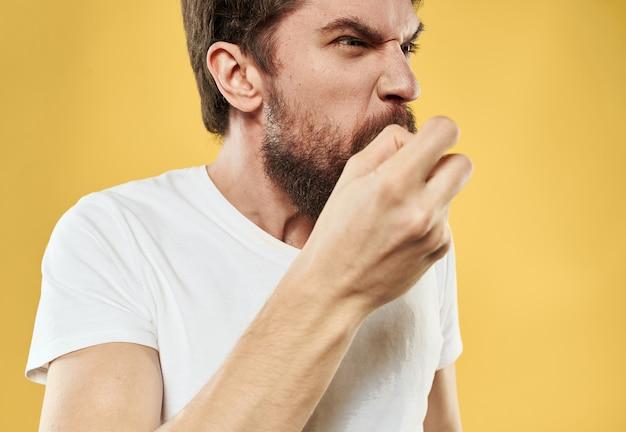 Zły człowiek w białej koszulce odchylenie psychiczne model grubej brody