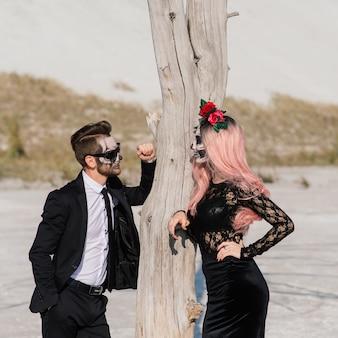 Zły dzień zmarłej pary nieumarłych pozuje, makijaż halloween