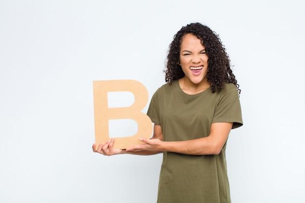 Zły, gniew, niezgoda, trzymając literę b alfabetu, aby utworzyć słowo lub zdanie.