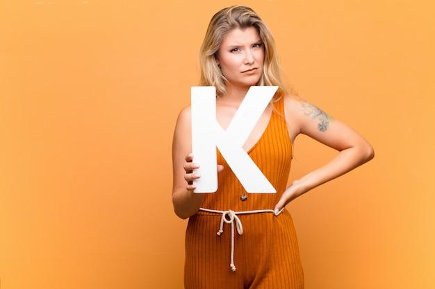 Zły, gniew, niezgoda, trzymając literę k alfabetu, aby utworzyć słowo lub zdanie.