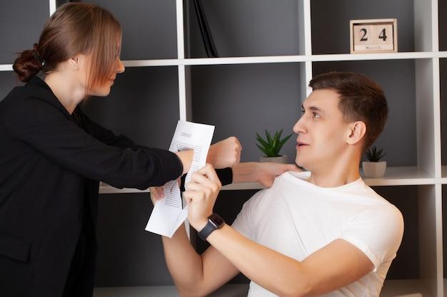 Zły klient ma konflikt z kierownikiem firmy