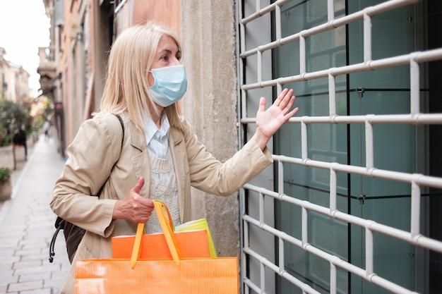 Zły klient przed sklepem zamkniętym z powodu pandemii koronawirusa