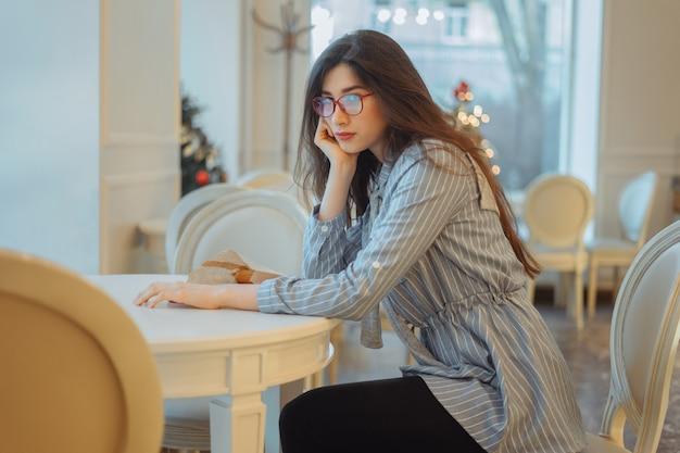 Zły kobieta siedzi w kawiarni i czeka na kogoś