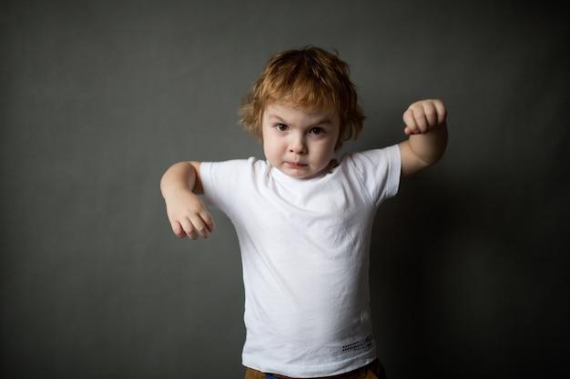 Zły mały chłopiec we wściekłości