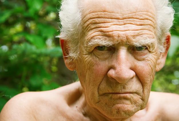 Zły marszczący brwi starszy mężczyzna