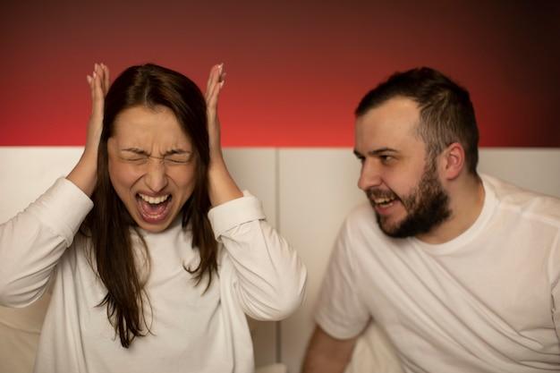 Zły mąż wrzeszczy na żonę podczas kłótni