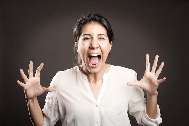 Zły młoda kobieta krzyczy