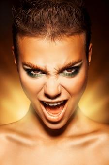 Zły młoda kobieta patrząc na kamery i krzyk
