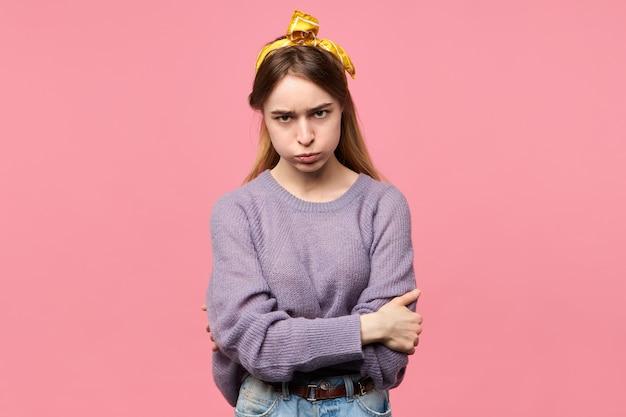 Zły młoda kobieta z jedwabnym szalikiem na głowie