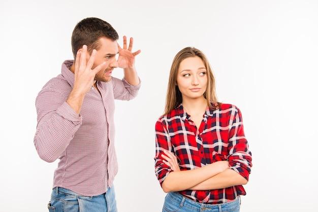 Zły młody człowiek krzyczy na swoją dziewczynę