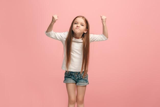 Zły nastolatek dziewczyny stojącej na modnym niebieskim studio