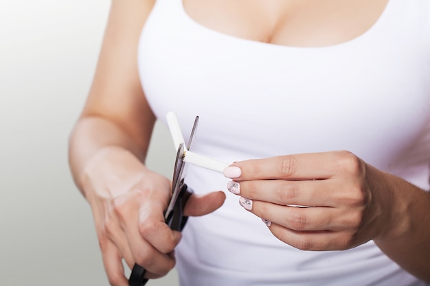 Zły nawyk. młoda kobieta jest pozbawiona złych nawyków. zakaz palenia.
