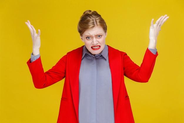 Zły rudzielec kobieta w czerwonym garniturze ryczy