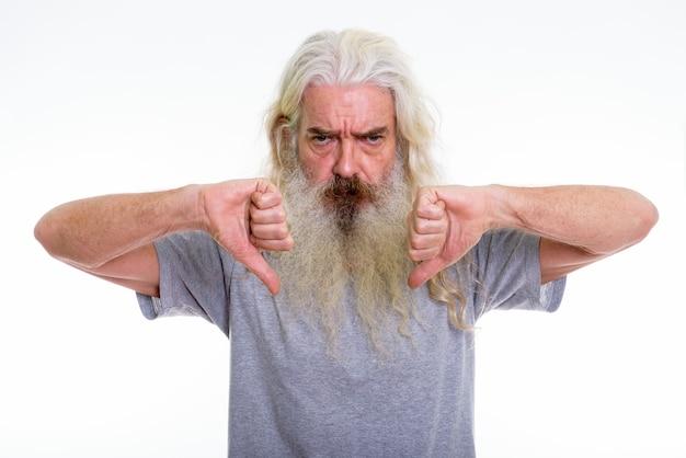 Zły starszy brodaty mężczyzna daje kciuki w dół