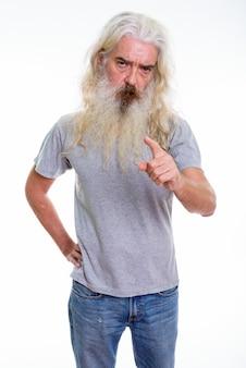 Zły starszy brodaty mężczyzna wskazując palcem