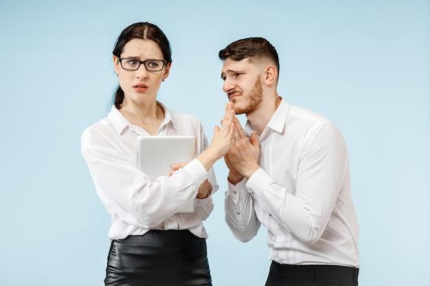 Zły szef. kobieta i jego sekretarz stojący w biurze lub w studio. biznesmen krzyczy do swojego kolegi. modelki kaukaskie żeńskie i męskie. koncepcja relacji biurowych, ludzkie emocje