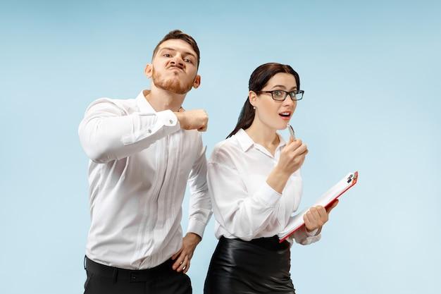 Zły szef. mężczyzna i jego sekretarz stojący w biurze lub. biznes człowiek krzyczy do swojego kolegi