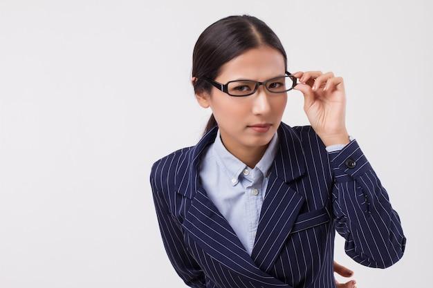 Zły zdenerwowany szef kobiety biznesu patrzący na ciebie