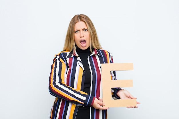 Zły, złość, niezgoda, trzymanie litery e alfabetu w celu utworzenia słowa lub zdania.