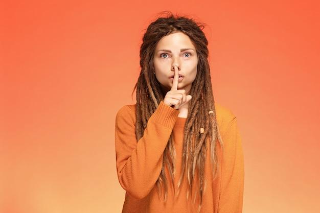 Zmartwiona młoda kobieta z cichym gestem