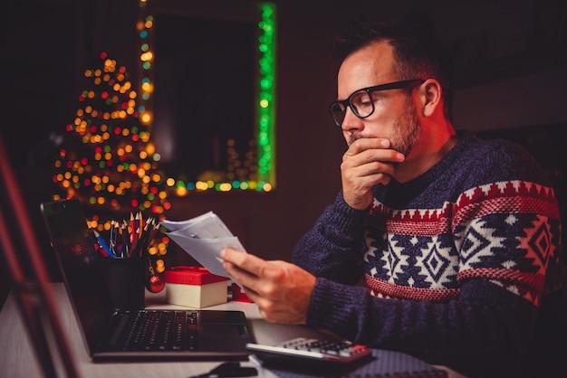 Zmartwioni mężczyźni przeglądają jego pocztę późną nocą