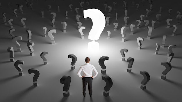 Zmartwiony biznesmen z wieloma pytaniami dotyczącymi pracy bez odpowiedzi