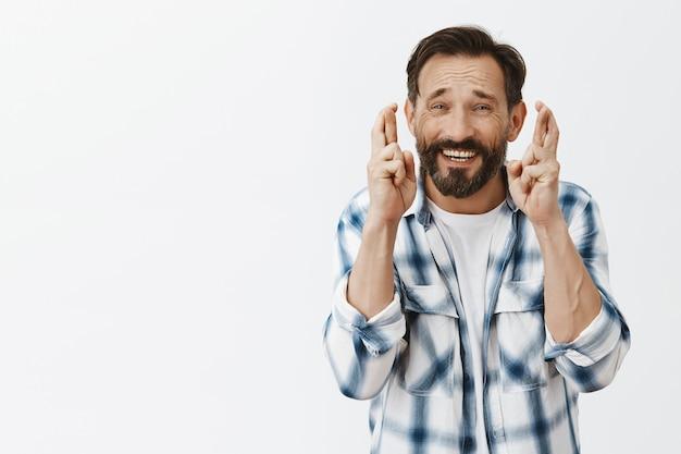 Zmartwiony brodaty dojrzały mężczyzna pozowanie