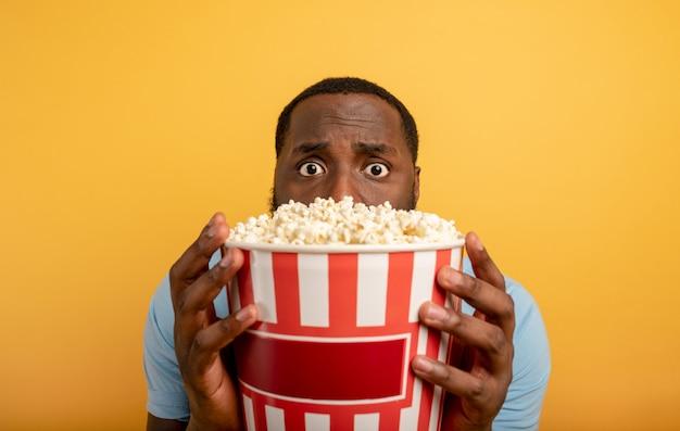 Zmartwiony chłopiec ogląda horror. koncepcja rozrywki i streamingu telewizji. tło