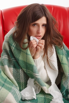 Zmartwiony kobieta cierpi na przeziębienie