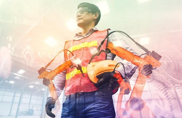 Zmechanizowane ramię robota przemysłowego i podwójna ekspozycja pracownika fabryki