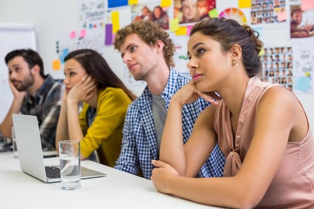 Zmęczeni kierownictwo słucha prezentaci w sala konferencyjnej