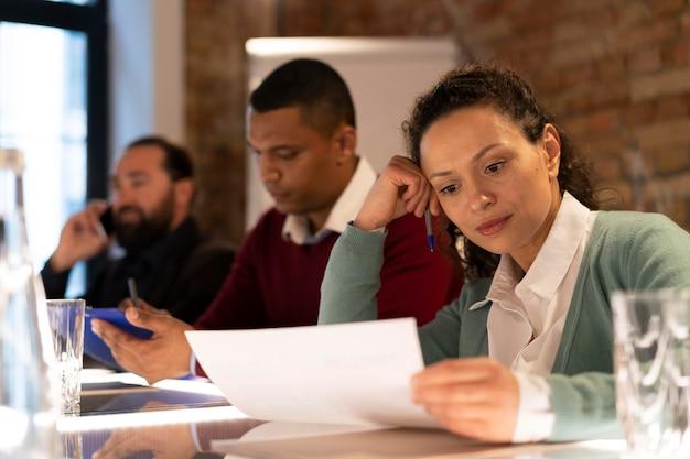 Zmęczeni ludzie pracujący do późna w swoim biurze