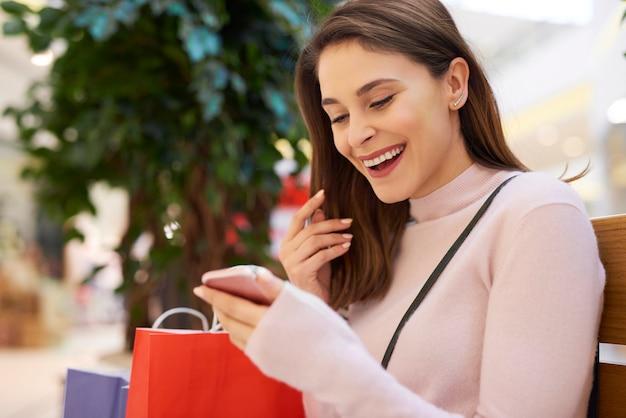 Zmęczona, ale szczęśliwa kobieta po dużych zakupach